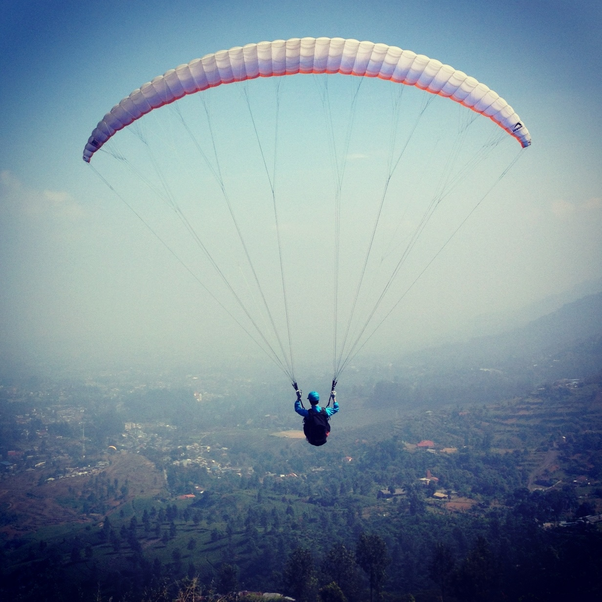 Paralayang Puncak 2017, Tiket Paralayang Puncak Paralayang atau dalam dikenal juga dengan nama paragliding merupakan jenis olahraga ekstrem yang sangat mengandalkan kekuatan angin dan bergantung pada kondisi cuaca. Puncak Bogor memiliki kondisi ketinggian yang ideal dan kekuatan angin yang mampu menerbangkan paraglider secara ideal. Itulah sebabnya, paralayang puncak 2017 Bogor tidak pernah sepi dari wisatawan dan para pecinta ketinggian yang ingin merasakan sensasi luar biasa dan menikmati Bogor dari atas ketinggian. Jika Anda sudah sering menghabiskan liburan di Bogor hanya untuk menikmati pemandangan puncak dari bawah dan merasakan kesejukan udara atau hanya mengunjungi kebun binatang Bogor bersama keluarga, mungkin kini saatnya Anda mencoba salah satu wisata ekstrem yang seru di Bogor yakni paralayang puncak 2017 yang kini makin populer. Anda akan merasakan aliran darah Anda semakin mendidih dan adrenalin yang semakin memuncak tapi Anda merasa sangat bersemangat ketika mulai menikmati keindahan Bogor dari atas. Paralayang Puncak 2017 Banyak wisatawan yang ingin mencoba pengalaman liburan yang berbeda di Bogor dan mencoba untuk terbang bebas. Banyak juga komunitas para pecinta ketinggian yang tidak ketinggalan ingin mencoba sensasi terbang dari atas langit Bogor. Ya, paralayang puncak 2017 menawarkan pengalaman liburan di Bogor yang berbeda. Walau olahraga ini tergolong ekstrem, keseruan dan kesenangan yang ditawarkan olahraga ini akan membuat liburan Anda di Bogor benar-benar berbeda. Lihat Juga : Tempat Wisata Murah Indonesia Jika Anda sudah berpengalaman, maka tidak ada salahnya untuk mencoba single paralayang. Artinya, Anda akan terbang solo. Untuk yang satu ini, Anda harus memiliki sertifikat dan telah resmi dinyatakan lulus pelajaran penerbangan paralayang. Sedangkan jika Anda tidak memiliki pengalaman atau baru pertama kali mencoba, Anda bisa mencoba tandem paralayang di puncak Bogor. Tandem paralayang memberikan Anda banyak kesempatan untuk terbang dan be